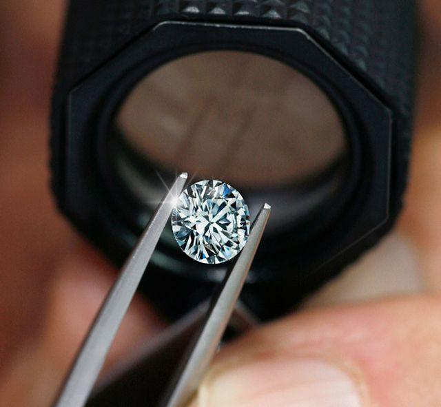 【ダイヤモンドをお選びいただく(婚約指輪のみ)】 ラザールのダイヤモンドは、世界で最も美しいダイヤモンドを信念に、原石が秘めた僅かな光の根源を最大限に引き出しまばゆいまでの美しいきらめきを叶える「アイディアルメイク」がラザールの魅力です。