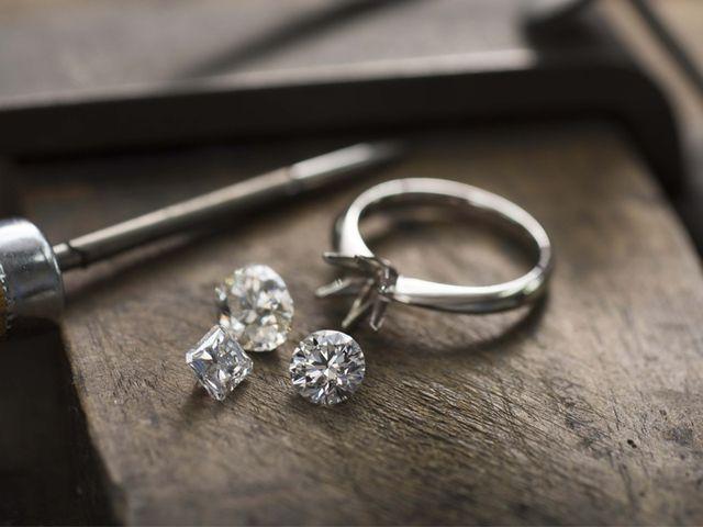 【お客様のリングを作る】 卓越したクラフトマンシップは、ダイヤモンドのカッティングやデザインだけでなく、着け心地のよさにも反映されています。ずっと身に着けていたい、時を超えて長く愛せるジュエリーをお届けします。