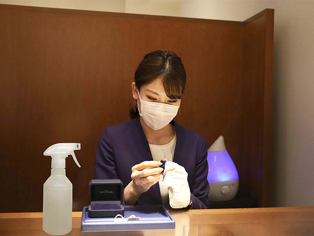 【新型コロナウイルス感染症対策】 除菌シートを使用し、婚約指輪や結婚指輪、接客スペースもしっかり除菌しております。各種ウィルスを短時間で除菌する試験結果が出ている「空間除菌」を行い、安心した空間を提供してご来店をお待ちしております。
