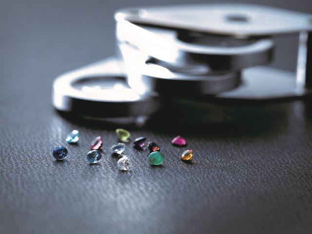 """リングの内側に4色のダイヤモンド、12ヶ月のバースストーンから好きな1石をセッティングするサービス""""WISHING STAR""""や、美しいレーザー刻印でイニシャルや記念日を刻むこともできます。アルファベット・ひらがな・カタカナ・漢字・手書き(一部店舗限定)"""