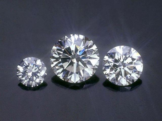 ダイヤモンドの輝きに定評があるスタージュエリー。エンゲージリングのデザインを決めたら、ご自身のこだわりポイントに見合ったダイヤモンドを選び、お好みのデザインにセッティングするセミオーダーが人気です。ぜひ専門知識の豊富なジュエリーアドバイザーにご相談を。