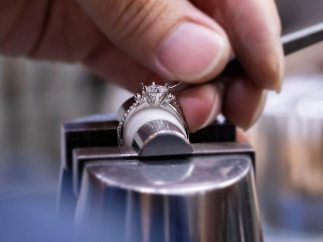 熟練の職人がひとつひとつ丁寧に作り上げるブライダルリング。製作期間4週間~6週間で作り上げるこだわりのセミオーダーやフルオーダーのほか、お急ぎの場合は1週間でお渡しできるデザイン、また店頭のリングをそのままお求めいただくことも可能です。