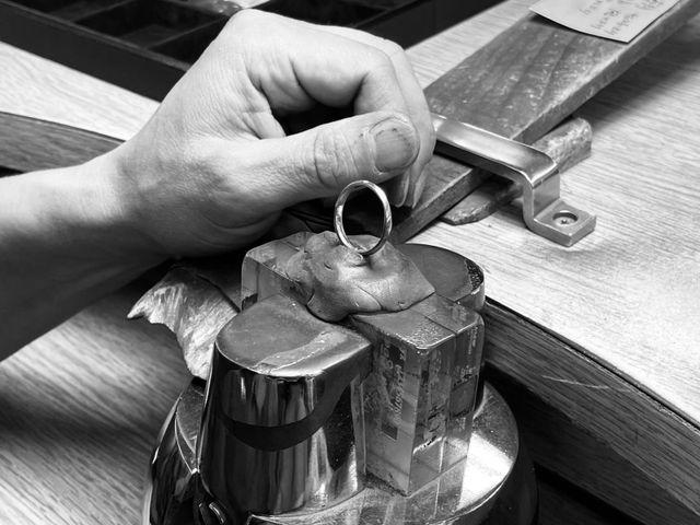 【工房で心をこめておつくりします】 つけごこち・耐久性・デザイン性を高次元で実現するCAFERINGのリングは、オーダーをいただいてから通常の何倍もの工程と時間、繰り返される厳しい検品を経て、ひとつひとつ丁寧に創られます。