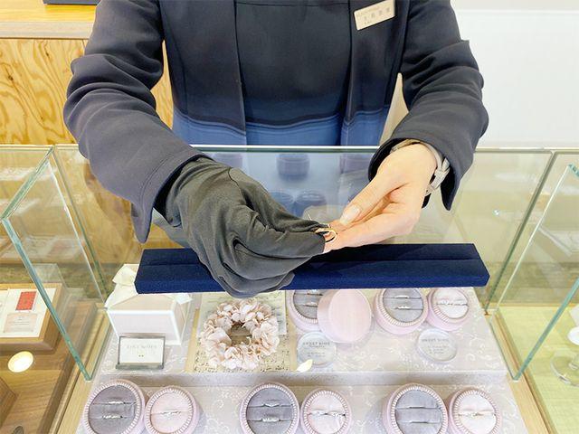 【指輪選び】 店内を周りながら試着していき、気になるデザインをピックアップします。 その後、席でじっくり比較検討していただきます。 婚約指輪は壁面ディスプレイのダイヤモンドからお好きなものを別途選んでいただきます。 説明も丁寧に行いますのでご安心ください。