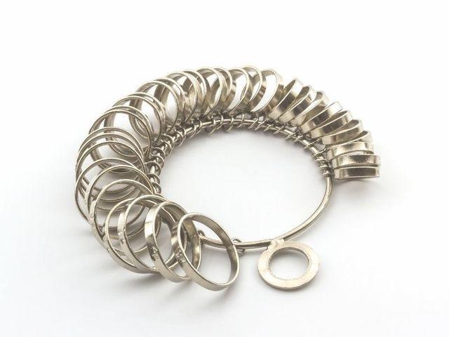 【採寸・オプション】 おふたりのリングに出会えたらリングサイズを採寸。また、内側に入れる刻印を決めていただいたりオプション等の説明もいたします。