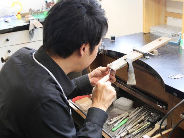 【リングを製作】 お客様より正式にオーダーをいただきましたら、リング製作をスタートいたします。店内併設の自社工房で熟練の職人が1点1点丁寧に心を込めてお作りさせていただきます。 ※①ワックス製作をされたお客様のリングはここから職人にバトンタッチです。