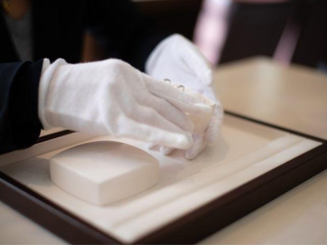 【完成】完成した指輪は、スタッフがルーペを用いて隅々まで確認し、検品完了後、再度クリーニング(アルコール消毒)を行ったうえ、お客様に完成のご連絡を差し上げます。その後、受け取りにお越しいただきます。