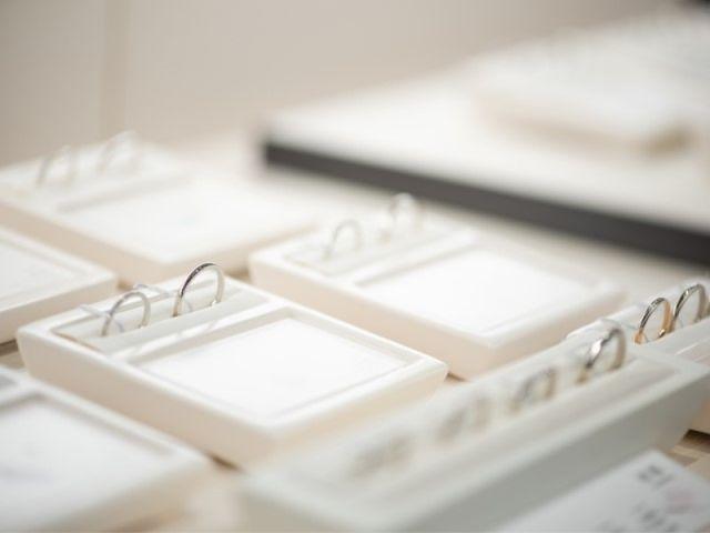 【指輪選び】多くの人気ブランドが並ぶヤマトヤでは、ベーシックなデザインから個性あふれるオシャレなデザインまで様々な指輪をご覧いただけます。店内を回りながら指輪を試着をしていき、気になるデザインをピックアップ。その後、席でじっくりと比較検討していただきます。