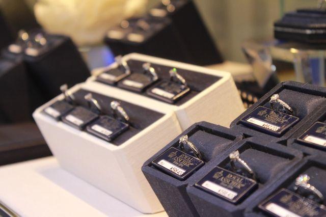 セレクトショップである一真堂は、国内外の人気ブライダルブランドを豊富に取り揃えております。人気のニワカ(NIWAKA)やロイヤル・アッシャーをはじめ、数々のブランドを比べて頂きながらたくさんの指輪をご試着頂けます。いろんなブランドの指輪をご試着ください。