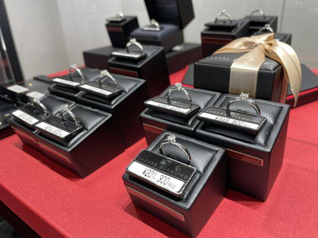 セレクトショップである一真堂は、国内外の人気ブライダルブランドを豊富に取り揃えております。人気のニワカ(NIWAKA)やラザールダイヤモンドをはじめ、数々のブランドを比べて頂きながらたくさんの指輪をご試着頂けます。いろんなブランドの指輪をご試着ください。