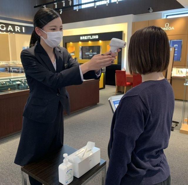 ご来店頂いた皆様に非接触体温計にて検温のご協力をお願いしております。体温が37.5度以上の場合は、入店をお断りさせて頂いております。新型コロナウイルスの万全な対策のため、何卒ご理解くださいませ。