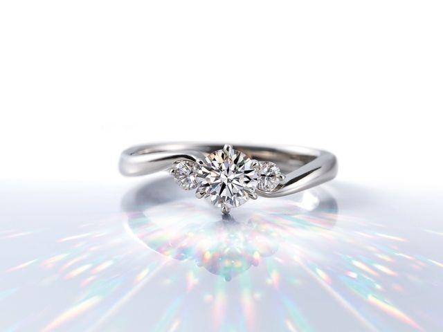 婚約指輪の場合、指輪のデザインが決まりましたらセンターのダイヤモンドをお選び頂きます。4Cの基準に沿って、ダイヤモンドの大きさや色味などのグレードをお選びいただけます。ご予算にあわせてお選び頂けますので、ぜひご要望をお聞かせください。