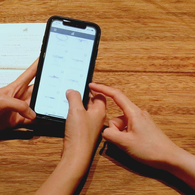 [事前カウンセリング] ご予約後、WEBで簡単に登録できる事前カウンセリングのご案内を差し上げます。ご回答に沿って、担当者がお二人のお好みに合わせた指輪をご用意いたします。