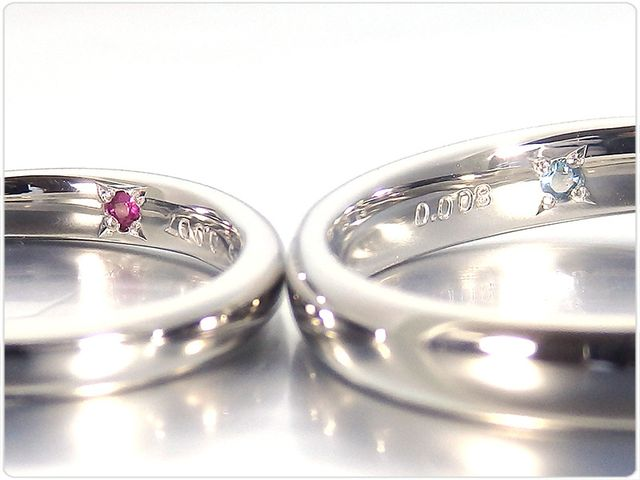 指輪内側の、記念日とイニシャルの刻印サービスは無料でご利用いただけます。 オプションでそれぞれの誕生石など、シークレットストーンをセットできます。 そのほかにも、お二人のオリジナルのイラストなどをレーザー刻印することもできます。