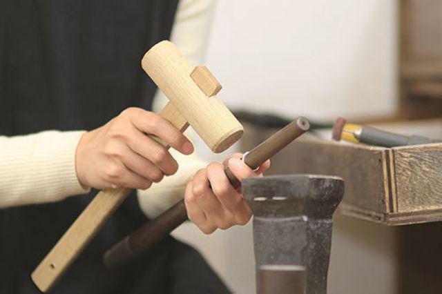 地金に鋳造されてきた指輪をプロが仕上げを行います。ヤスリをかけ、研磨して完成させます。この作業はプロが行いますので、クオリティーの高いリングが完成します。