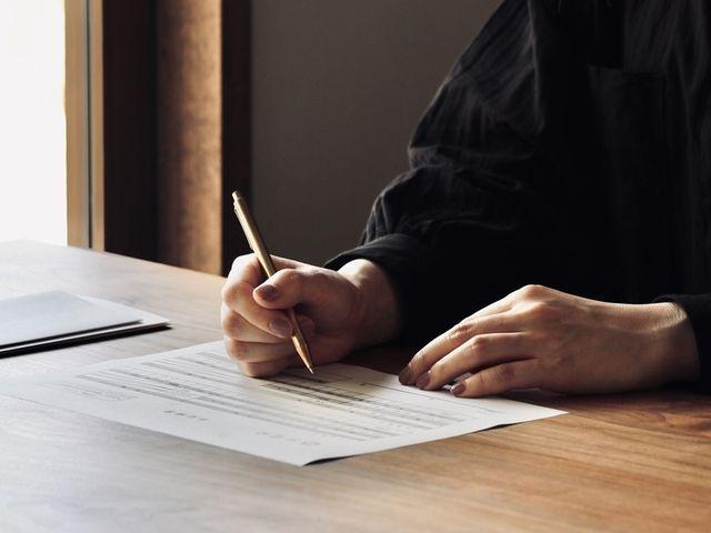 【刻印選び】 指輪の内側にお入れする刻印です。 職人の手打ちによる刻印(打刻)と、 幾つかの書体をお選びいただける レーザーでの刻印(レーザー刻印)を お入れすることが可能です。