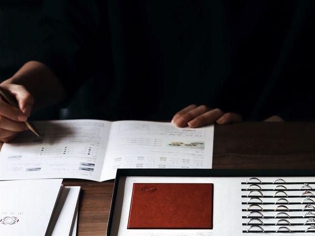 【ご成約書への記入】 ご希望のデザインが決まりましたら、 指輪の金属素材やサイズ、 刻印などを決めていきます。