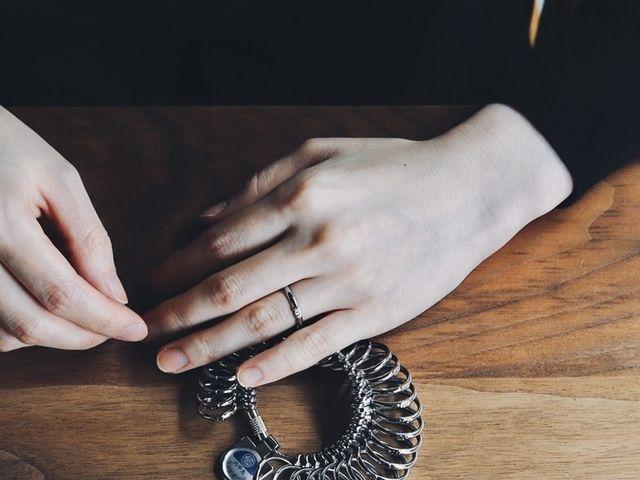 【サイズ選び】 指のサイズをお測りし、 指輪のサイズを決めていただきます。 スタッフの知識と経験をもとにご提案をさせていただき、 おふたりのお好みのサイズをお選びいただきます。