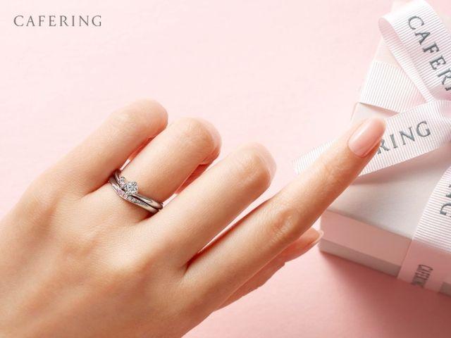 【心行くまで指輪選びをお楽しみください】 フロアには500型1000通り以上のリングが並びます。 全てご試着が可能ですので、色々なデザインを着け比べたり重ね着けをしてみたり、指輪ごとに異なる着け心地を確認することができます。