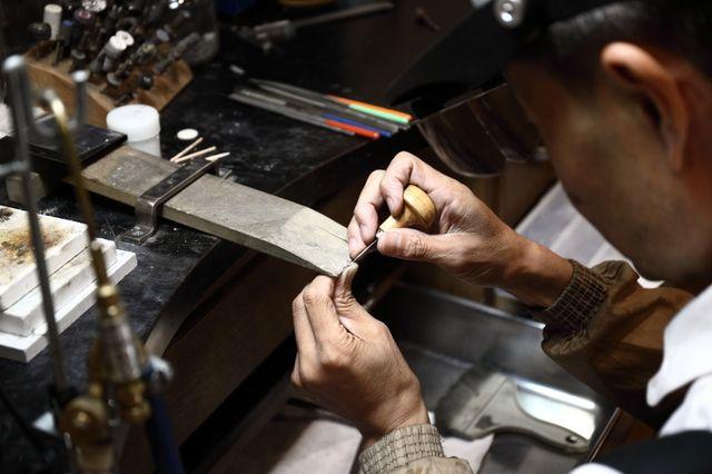 【仕上げ加工】 結婚指輪・婚約指輪作りをしていただいた後は職人が心をこめて丁寧に仕上げいたします。彫金工法の手打ち刻印でお作りの指輪は当日お持ち帰り可能。 WAX工法でのお作り、ダイヤなどの石留め、レーザー刻印をご希望の場合は3週間のお預かりとなります。