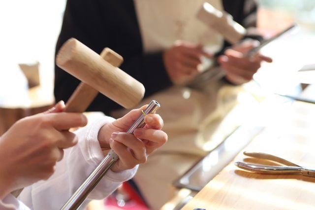 【制作(2~3時間程度)】 「いよいよ結婚指輪作り!初めてみる工具に緊張…」デザインのつくり方、工具の使い方など、職人がマンツーマンでサポートにつきますので、どなたでも安心して結婚指輪作りを楽しむことができます。 思い出に残るひとときをお過ごしください。