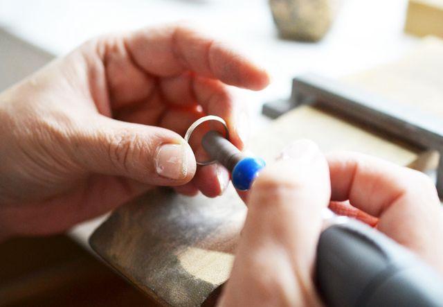 サイズを合わせて指輪状に整ったら写真のような専用の工具(リューター)を使いながらピカピカになるまで磨いていきます。(当日コースの場合)