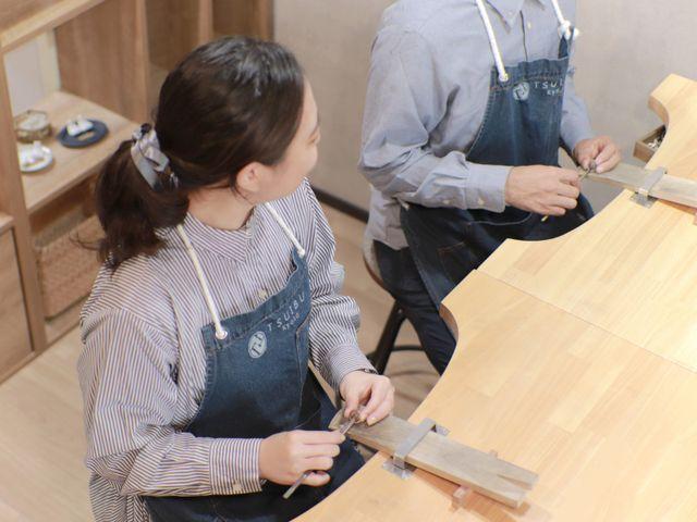 「指輪の制作」 作る指輪によっていろいろな工程を作業します。 難しい作業や苦手な作業はしっかりスタッフがサポートするのでご安心ください。 地味な作業も多く大変に思われるかもしれませんが、きれいな指輪を作るために二人で力を合わせて頑張ってください。