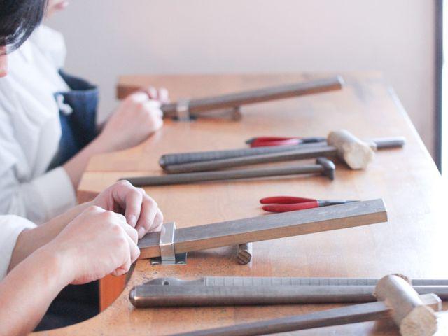 指輪の制作」 作る指輪によっていろいろな工程を作業します。 難しい作業や苦手な作業はしっかりスタッフがサポートするのでご安心ください。  着け心地の良い指輪にするため、機能的な部分もしっかりと作業致します。