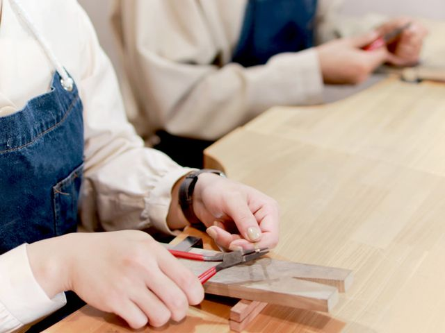 「指輪の制作」 作る指輪によっていろいろな工程を作業します。 難しい作業や苦手な作業はしっかりスタッフがサポートするのでご安心ください。  地味な作業も多いですが、きれいな指輪を作るために頑張ってください。