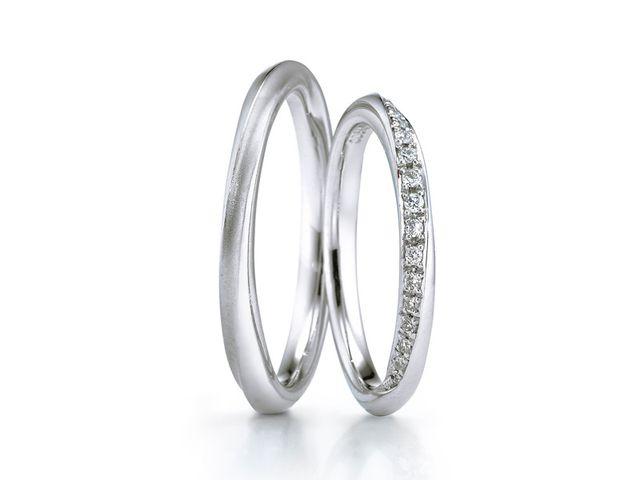 なめらかに指になじむので、指輪をつけなれていない私達でも違和感がなかったです_423