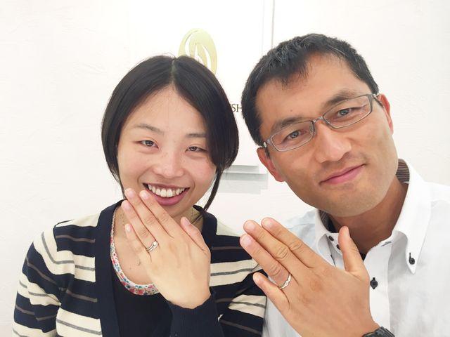 シンプルで婚約指輪の中央のダイヤがひきたっており、婚約指輪と結婚指輪の重ね付けがとてもきれい_167