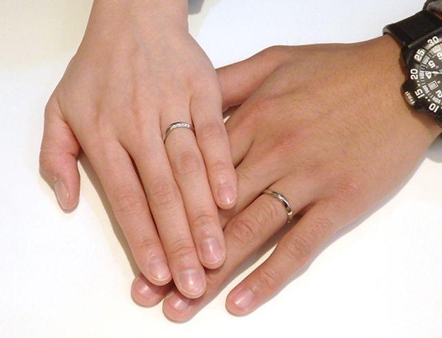 指がきれいに見えるVラインの結婚指輪