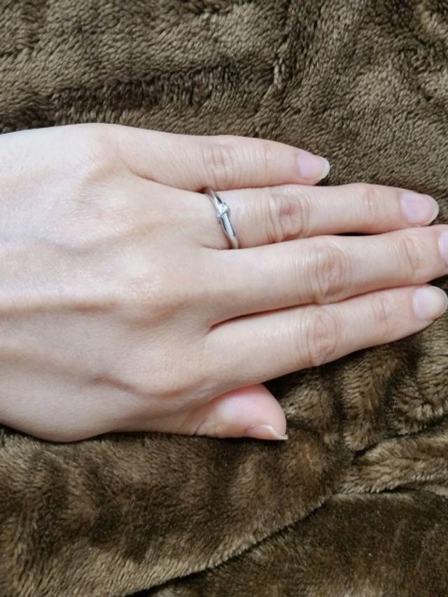 少し斜めになるようにデザインされており指が細く綺麗に見えます