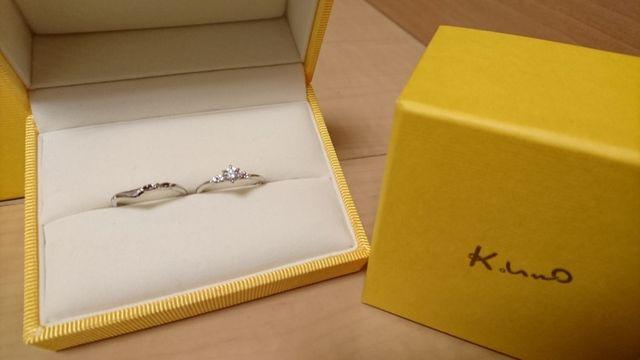 婚約指輪はダイヤモンドが付いている右のものです。
