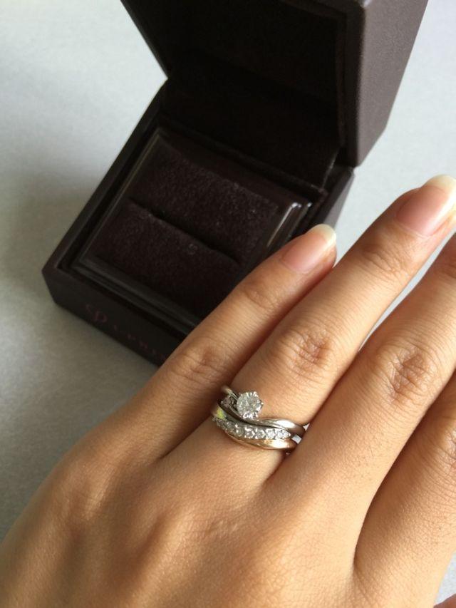 婚約指輪と合わせてはめた状態
