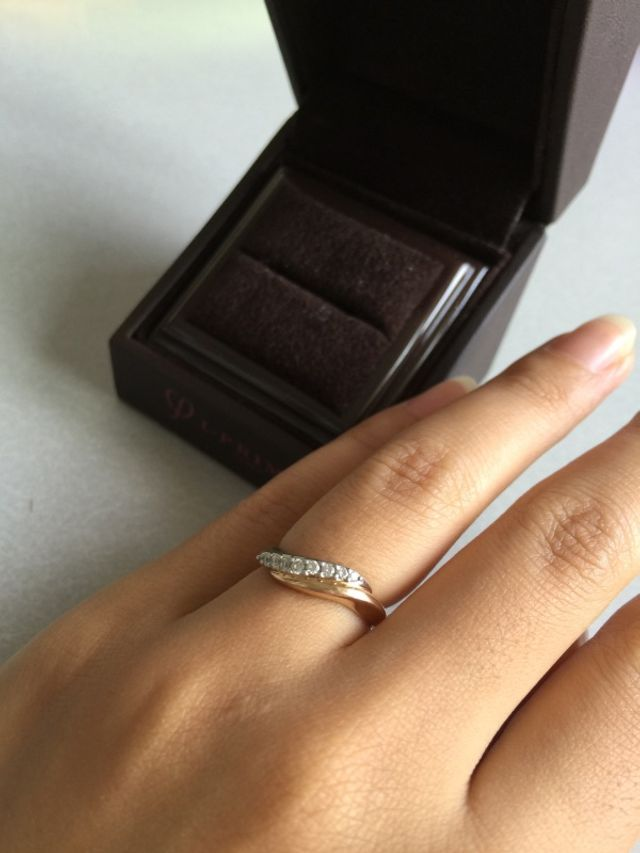 結婚指輪をはめた状態