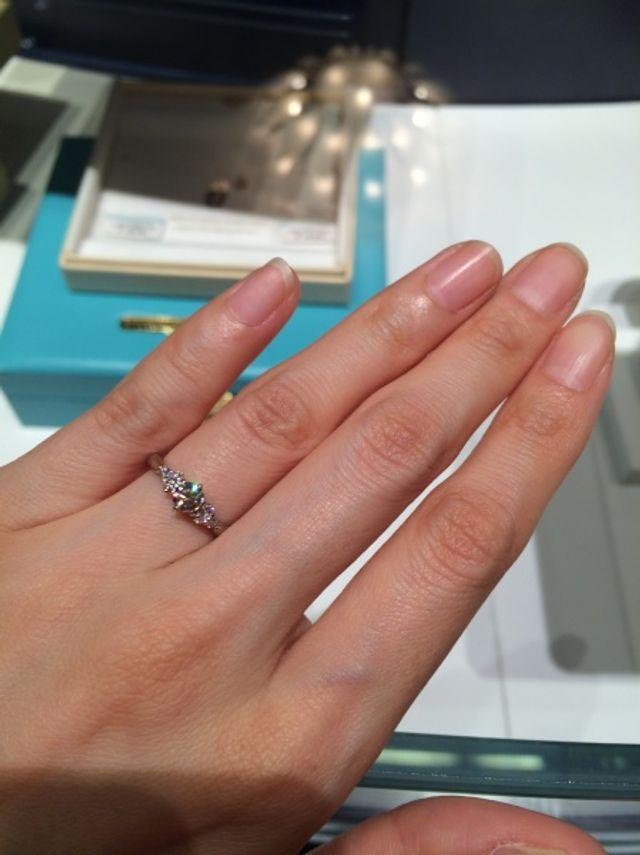 両サイドにメレダイヤが3粒ずつ付いています。