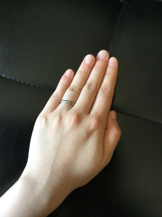指輪の内側が丸く加工されているので、つけ心地が優しいです。