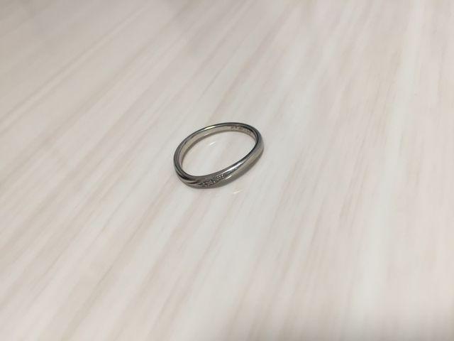 結婚指輪です。形はウェーブです。