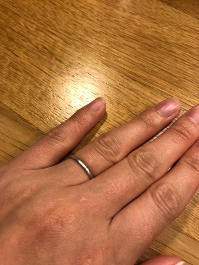 指が太いので細めのプラチナでシンプルに。