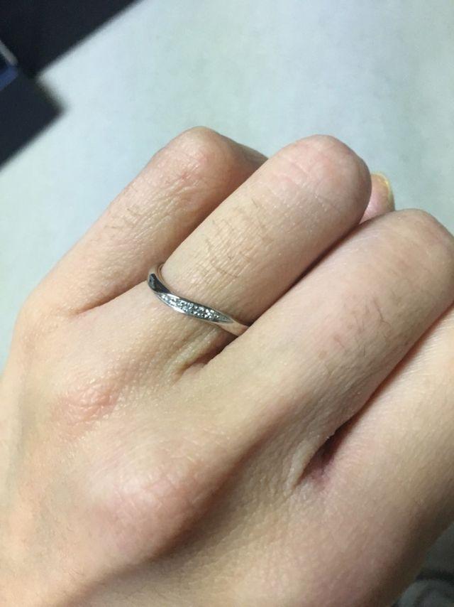 ウェーブの形が指にフィット