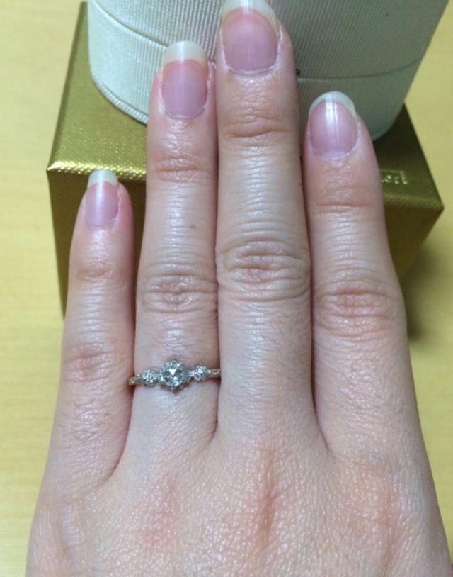 華奢で繊細なデザインなので、指が細く見えます。