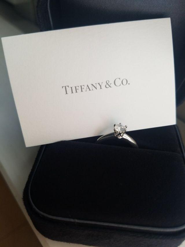 幸せを呼ぶイメージがあるティファニーの婚約指輪です。