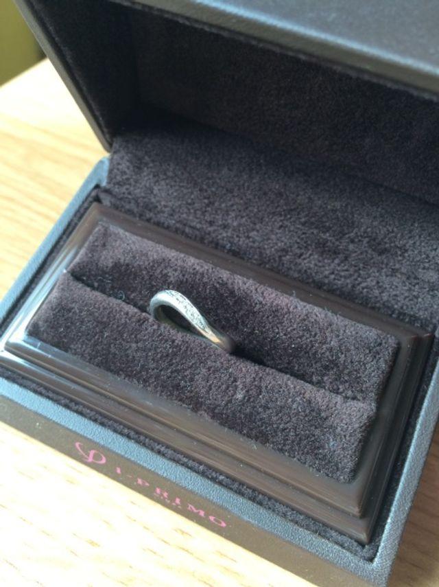 前面部分に小さなダイアモンドが5つ付いています。