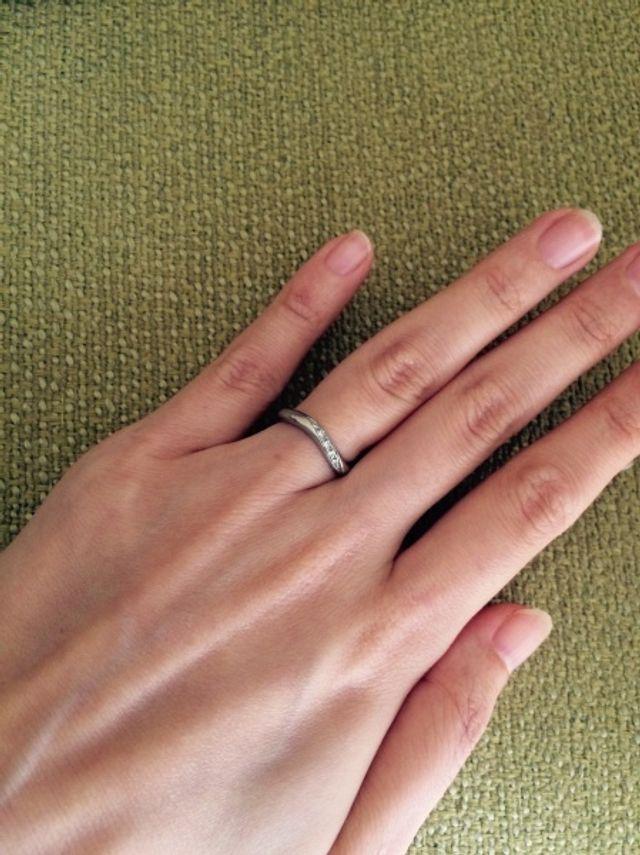 前面のみゆるいカーブがかかっており、指が細く見えます。