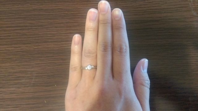 ダイヤの形状は丸く、両サイドに小さいダイヤがついています。