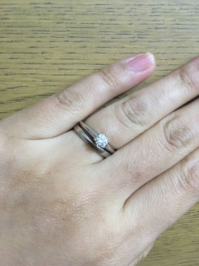 シンプルなので別ブランドの婚約指輪との重ね付けもバッチリ