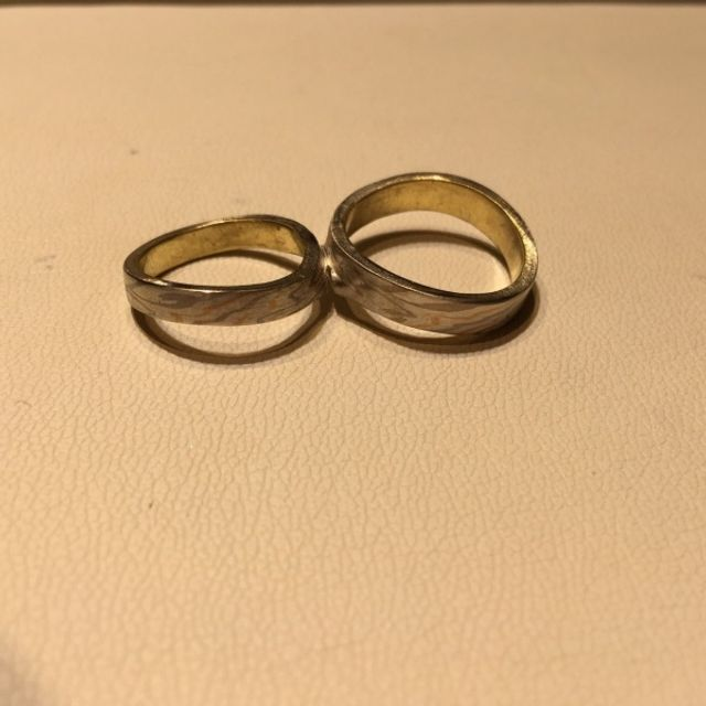 1枚の板から作るので2つの指輪はまだくっついたままです。