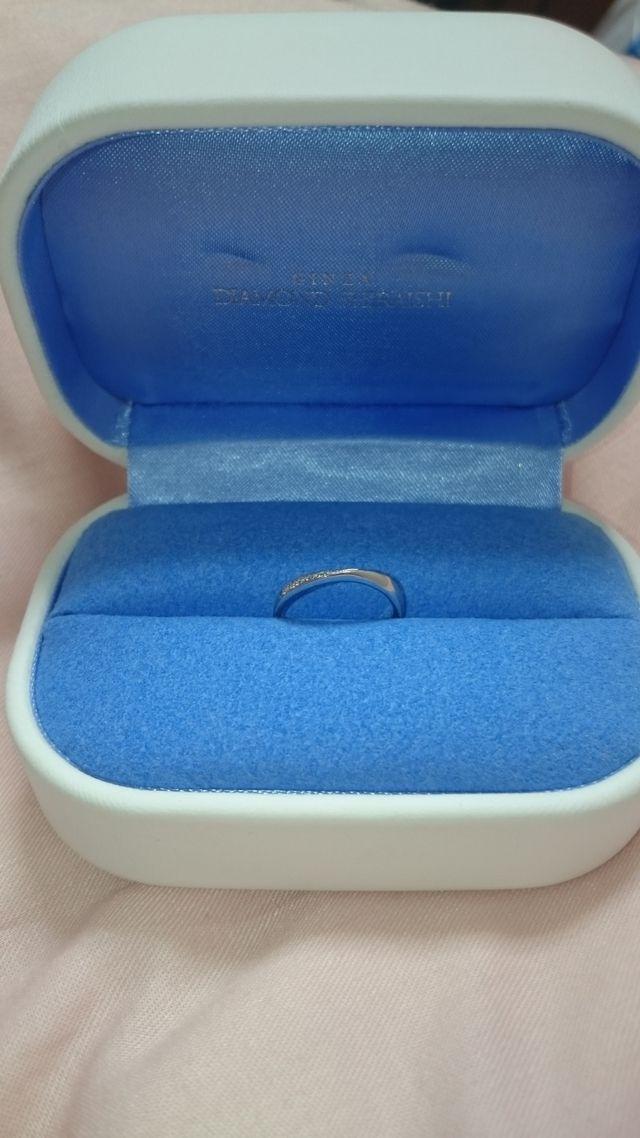 指輪とケースです。Vの角度もゆるく大人っぽく見える指輪です。