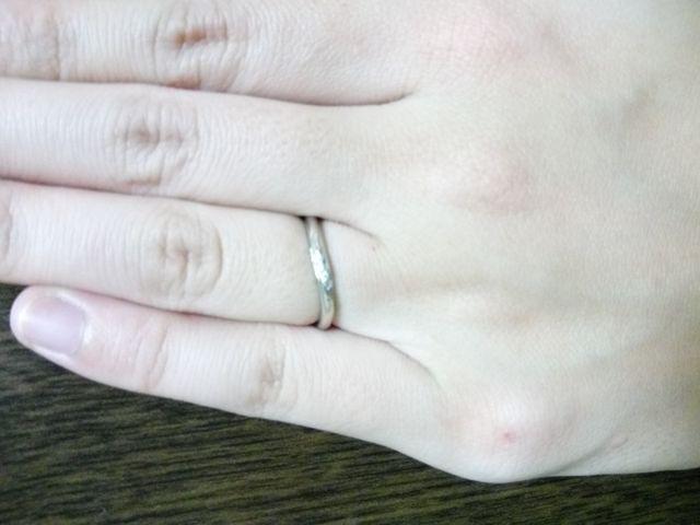 指輪の形が曲線なので指に馴染んでいる感じが好きです。
